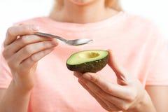 Закройте вверх женщины есть авокадо с ложкой Стоковое фото RF