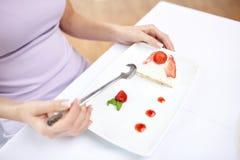Закройте вверх женщины есть десерт на ресторане Стоковые Фотографии RF