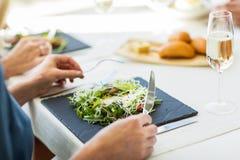 Закройте вверх женщины есть салат на ресторане Стоковое фото RF