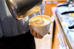 Закройте вверх женщины делая кофе на магазине или кафе Стоковая Фотография