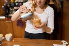Закройте вверх женщины делая кофе на магазине или кафе Стоковое фото RF