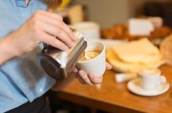 Закройте вверх женщины делая кофе на магазине или кафе Стоковое Изображение