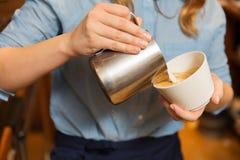 Закройте вверх женщины делая кофе на магазине или кафе Стоковая Фотография RF