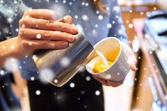 Закройте вверх женщины делая кофе на магазине или кафе Стоковые Изображения RF