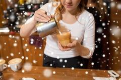 Закройте вверх женщины делая кофе на магазине или кафе Стоковое Фото