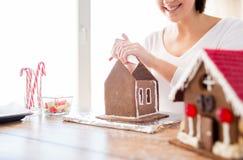 Закройте вверх женщины делая дома пряника Стоковое Изображение RF