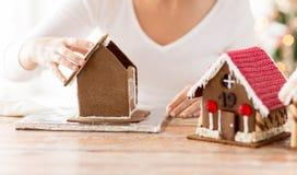 Закройте вверх женщины делая дома пряника Стоковые Фотографии RF