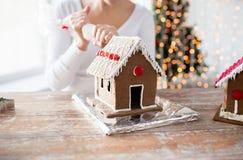 Закройте вверх женщины делая дома пряника Стоковое Изображение
