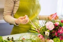 Закройте вверх женщины делая пук на цветочном магазине Стоковые Фото