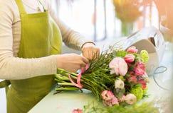 Закройте вверх женщины делая пук на цветочном магазине Стоковые Изображения