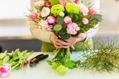 Закройте вверх женщины делая пук на цветочном магазине Стоковое Изображение