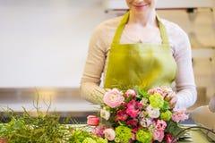 Закройте вверх женщины делая пук на цветочном магазине Стоковые Фотографии RF