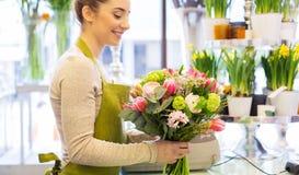 Закройте вверх женщины делая пук на цветочном магазине Стоковая Фотография RF