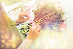 Закройте вверх женщины делая пук на цветочном магазине Стоковая Фотография