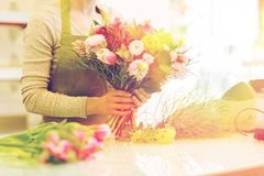 Закройте вверх женщины делая пук на цветочном магазине Стоковое Фото