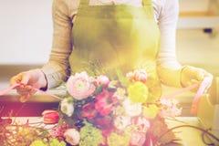 Закройте вверх женщины делая пук на цветочном магазине Стоковые Изображения RF