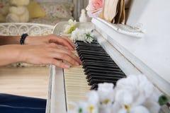 Закройте вверх женщины играя рояль Стоковое Изображение RF