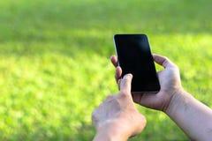 Закройте вверх женщины используя мобильный умный телефон с экраном касания d стоковое изображение rf