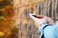Закройте вверх женщины используя передвижной умный телефон внешний Стоковые Изображения RF