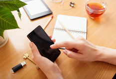 Закройте вверх женщины используя передвижной умный телефон Стоковое Фото