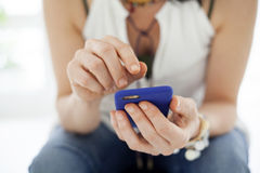 Закройте вверх женщины используя передвижной умный телефон Стоковые Изображения