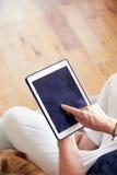Закройте вверх женщины используя таблетку цифров дома Стоковые Изображения RF