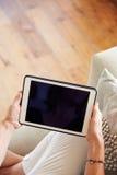 Закройте вверх женщины используя таблетку цифров дома Стоковые Фотографии RF