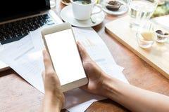 Закройте вверх женщины используя умный телефон с пустыми чернью и чашкой кофе Умный телефон с пустым экраном и может быть добавля Стоковые Фото