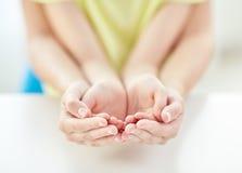 Закройте вверх женщины и девушки с приданными форму чашки руками Стоковые Фото