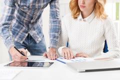 Закройте вверх женщины и человека в checkered рубашке в белом офисе Стоковые Фото