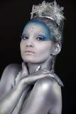Закройте вверх женщины носить творческий составляет как ферзь льда стоковая фотография rf