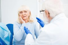 Закройте вверх женщины осадки с toothache стоковое изображение