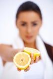 Закройте вверх женщины показывая свежий лимон Стоковые Фото