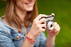 Закройте вверх женщины при камера снимая outdoors Стоковое Фото