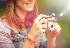 Закройте вверх женщины при камера снимая outdoors Стоковое фото RF