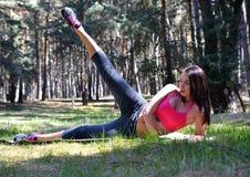 Закройте вверх женщины протягивая ноги Стоковая Фотография RF