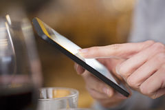 Закройте вверх женщины рук используя ее сотовый телефон в ресторане, coff Стоковое фото RF