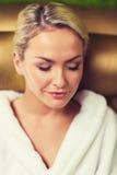 Закройте вверх женщины сидя в робе ванны на курорте Стоковое фото RF