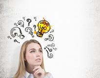 Закройте вверх женщины с вопросами и электрической лампочкой Стоковые Фотографии RF