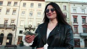 Закройте вверх женщины с деньгами Коммерсантка держа наличные деньги Рука давая деньги Коммерсантка в eyeglasses держа доллар акции видеоматериалы