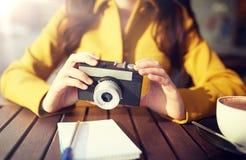 Закройте вверх женщины с камерой на кафе города Стоковое Изображение