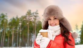 Закройте вверх женщины с кофейной чашкой в зиме стоковая фотография rf