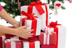 Закройте вверх женщины с настоящими моментами и рождественской елкой Стоковое фото RF