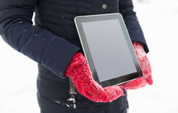 Закройте вверх женщины с ПК таблетки в зиме Стоковое фото RF