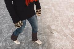 Закройте вверх женщины уча к коньку льда Стоковые Фотографии RF