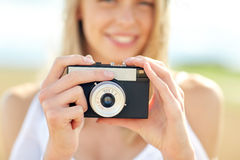 Закройте вверх женщины фотографируя с камерой фильма Стоковая Фотография