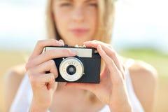 Закройте вверх женщины фотографируя с камерой фильма Стоковое Фото