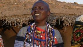 Закройте вверх женщины maasai поя в деревне около masai mara видеоматериал