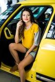 Закройте вверх женщины smiley в автомобиле при раскрытая дверь Стоковые Фотографии RF