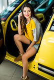 Закройте вверх женщины smiley в автомобиле при раскрытая дверь Стоковые Изображения